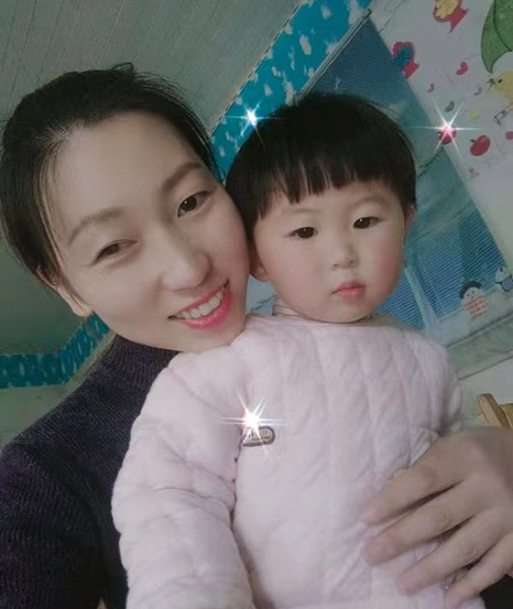 Liu Yue takes a selfie with her daughter. Courtesy of Liu Yue