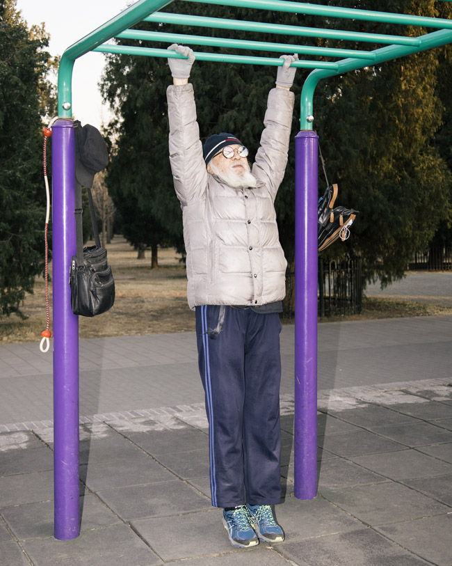 "Wu Baoyin practices his ""twisting Kungfu"" workout at a park in Beijing, December 2020. Sun Yibing for Sixth Tone"