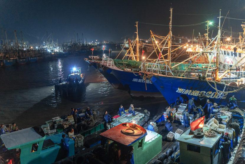 Fishers unload their catch at Shitang Fishing Port in Taizhou, Zhejiang province, Nov. 18, 2019. Wang Dafu/People Visual