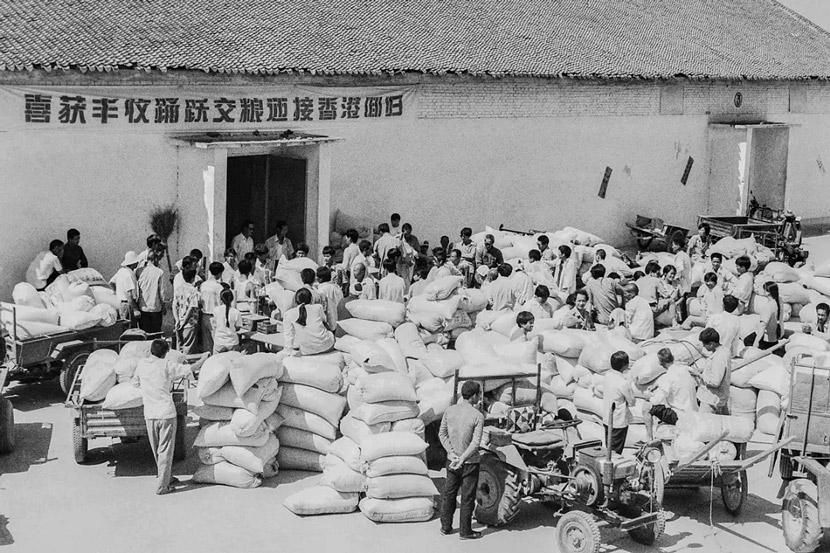 Villagers turn in grain at the public depot in Yuncheng, Shanxi province, 1990s. Gao Zhiyong/Yuncheng News