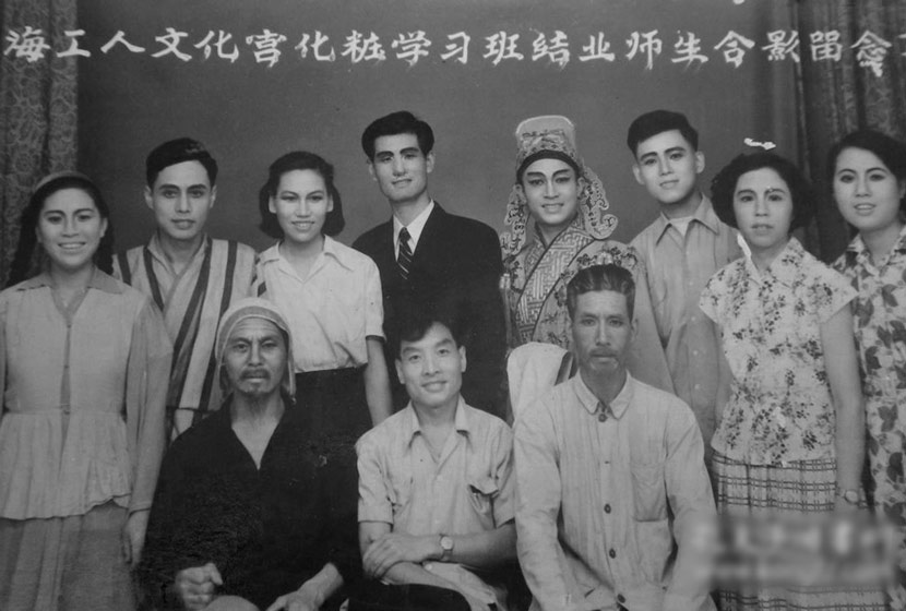 A group photo of a make-up class organized by the Shanghai Workers' Cultural Palace in 1958. From Kongfz.com