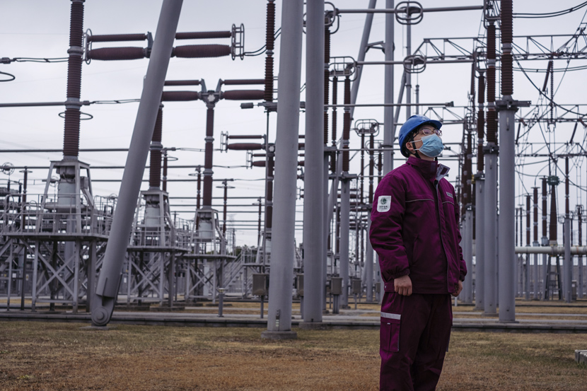 Zhang Dezhen, a staff member at the Shanghai Fengxian Converter Station, patrols the power converter area. Jan. 21, 2021. Wu Huiyuan/Sixth Tone