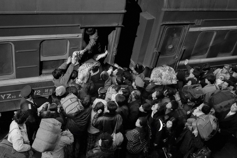 Passengers board a train in Harbin, Heilongjiang province, 1994. Courtesy of Chinese Photography