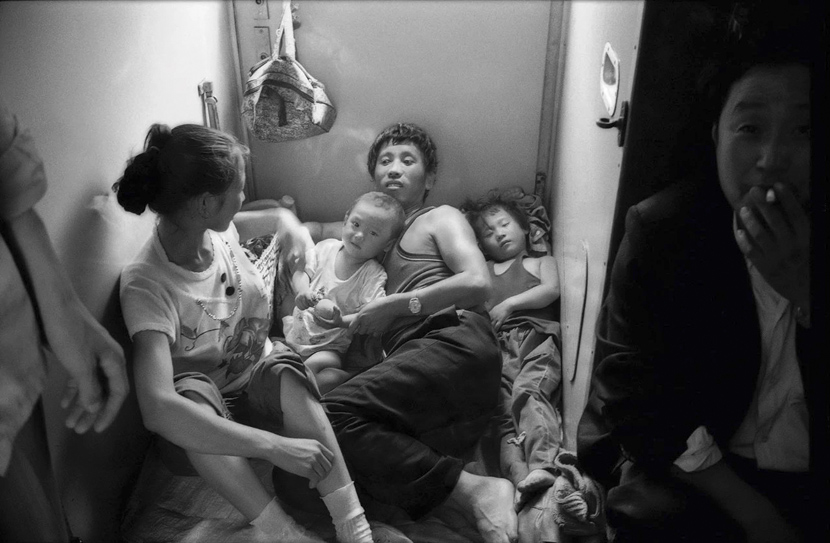 Passengers on a train from Shanghai to the southwestern Chongqing, 1991. Courtesy of Chinese Photography
