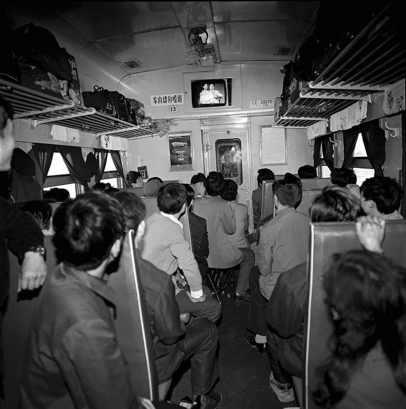 Passengers on a train from Harbin to Beijing in northern China, 1986. Courtesy of Chinese Photography