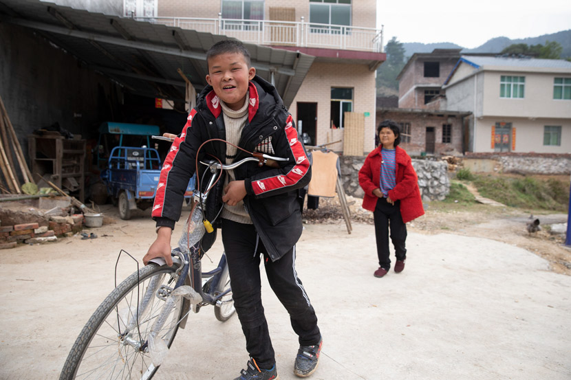 Fan Xiaoyong, Xiaoqin's older brother, and his mother are pictured in Yanhui Village, Ji'an, Jiangxi province, Feb. 22, 2021. IC