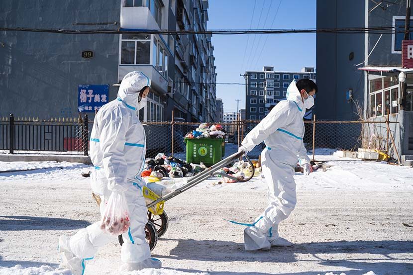 Volunteers deliver grocery orders in Tonghua, Jilin province, Jan. 29, 2021. Pan Yi for Sixth Tone