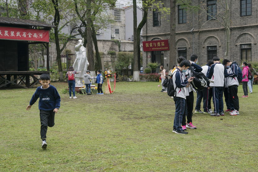 Students take part in a school activity at Wuhan Revolutionary Museum, April 3, 2021. Shi Yangkun/Sixth Tone