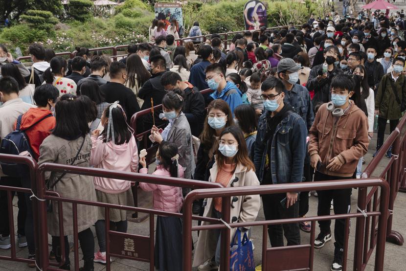 Tourists line up to climb the Yellow Crane Tower in Wuhan, Hubei province, April 4, 2021. Shi Yangkun/Sixth Tone