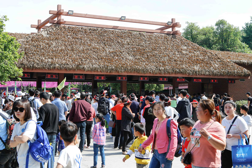 Visitors crowd the entrance to Hangzhou Safari Park, in Hangzhou, Zhejiang province, May 2019. RayFoto/People Visual