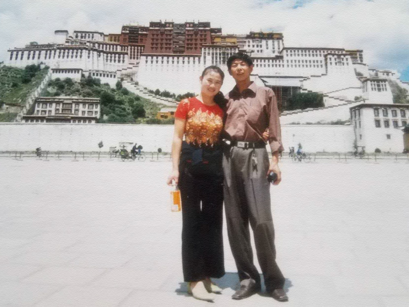 Miao Huiling and her husband pose for a photo in front of the Potala Palace when they arrived in Lhasa for the first time, 2003. Courtesy of Transfar Harbour