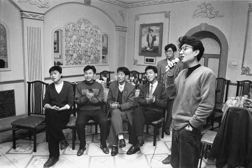 1995: The chairmen of the student unions of several colleges and universities in Changchun visited our school. Our students' union threw a banquet and karaoke party in their honour.