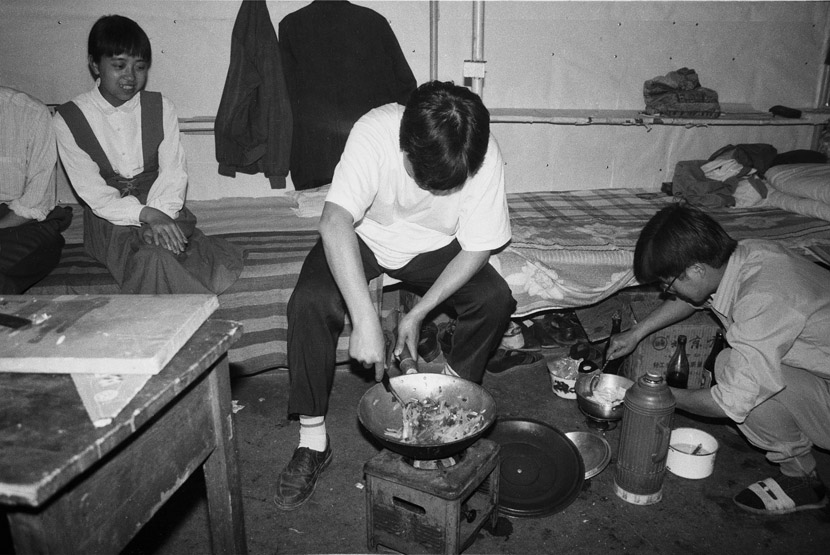 1993: Two third-year students frying vegetables in the dormitory. At the time, there was an alcohol stove in almost every room. Some had kerosene stoves too that produced a hotter flame. Stir-frying food in the dormitory became a trend at our school.