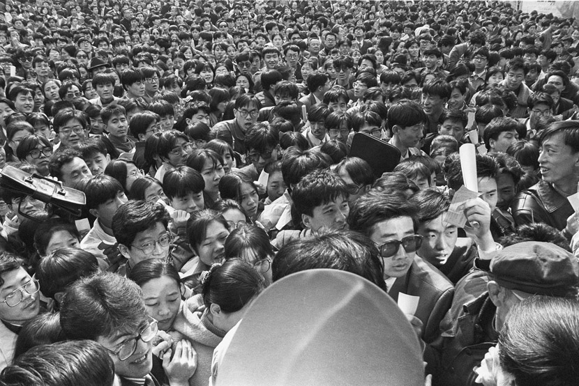 1995: Changchun City's Talent Exchange Conference attracted students on the verge of graduation from a number of local schools. The conference hall was so jam-packed that the front doors broke open, leading the police to come and maintain order.