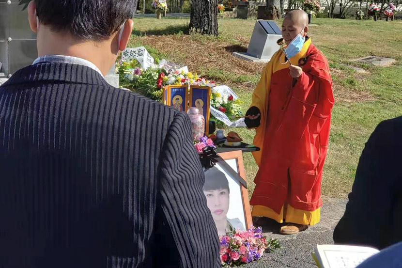 A monk recites sutras before Feng Daoyou is interred in Atlanta, April 2021. Courtesy of Kevin Ying
