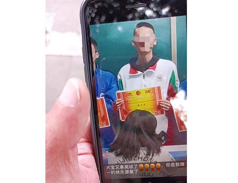 A WeChat Moments post shows Lin Weiqi receiving an award, with his mother's comment below saying how proud she is of her son.
