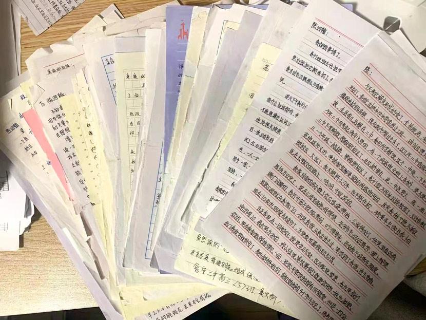 The letters Chen's classmates sent him. Courtesy of Han Qian
