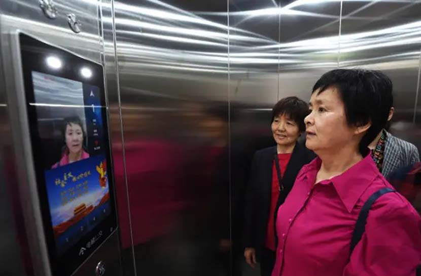 """A resident uses her face to pay for a ride in a """"public transit elevator"""" in Hangzhou, May 17, 2021. From @钱江晚报 on Weibo"""