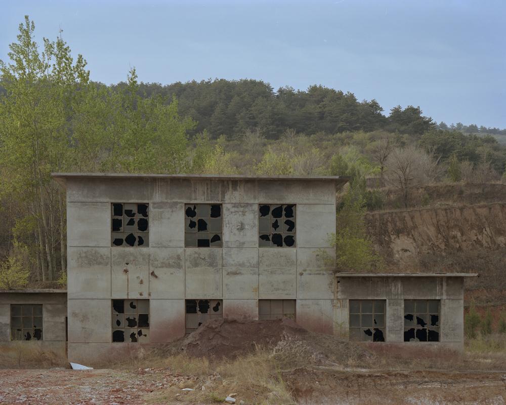 An abandoned building stands near Dazhai Village, Shanxi province, April 20, 2021. Shi Yangkun/Sixth Tone