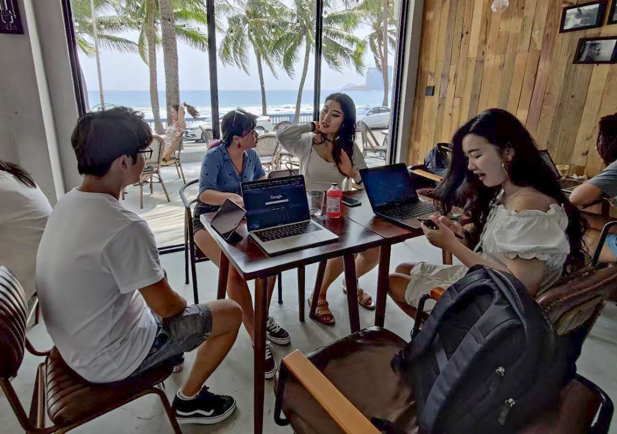 """Participants in a """"coworkation"""" take a break, in Wanning, Hainan province, March 2020. Diana Li for Sixth Tone"""