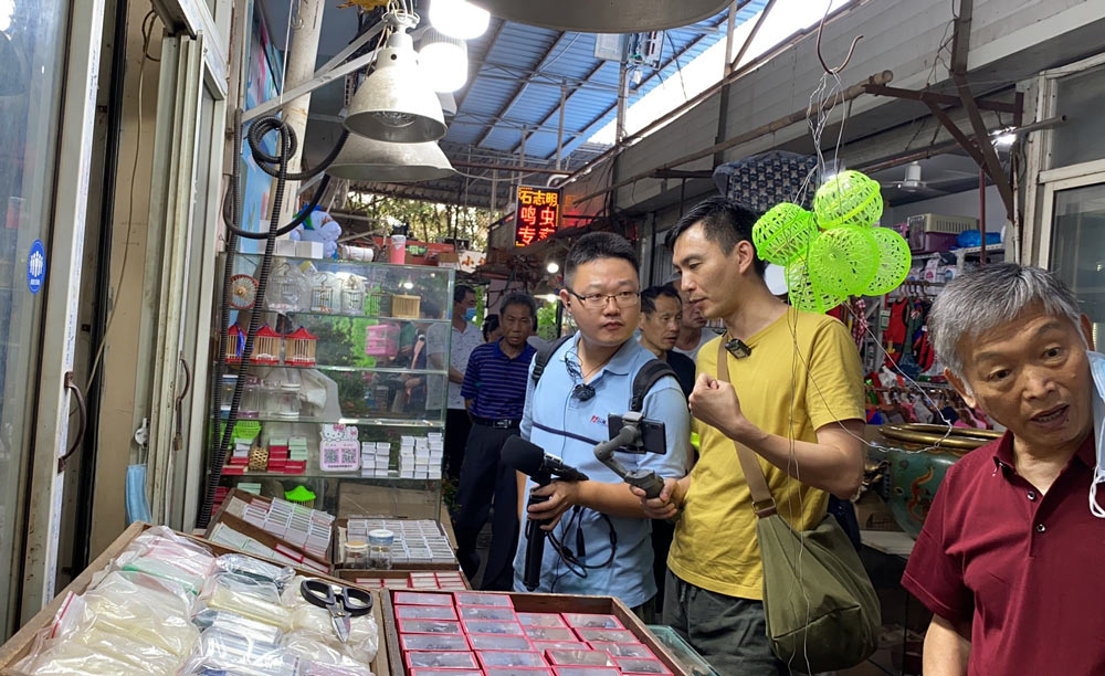 Podcast host Wang Yuezhou (in blue) conducts interviews at a market in Shanghai, June 2020. Courtesy of Wang