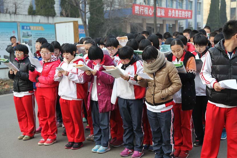 Students read books at Hengshui High School, Dec. 26, 2014. IC