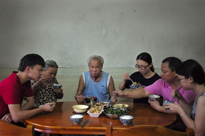 Zhong Guohua's family have dinner at their home in Qixin Village, Guangzhou, Guangdong province, July 18, 2017. Wu Yue/Sixth Tone