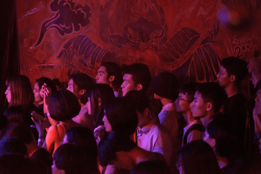 Fans watch a shoegaze group perform at Yuyintang Livehouse in Shanghai, Aug. 18, 2017. Shi Yangkun/Sixth Tone