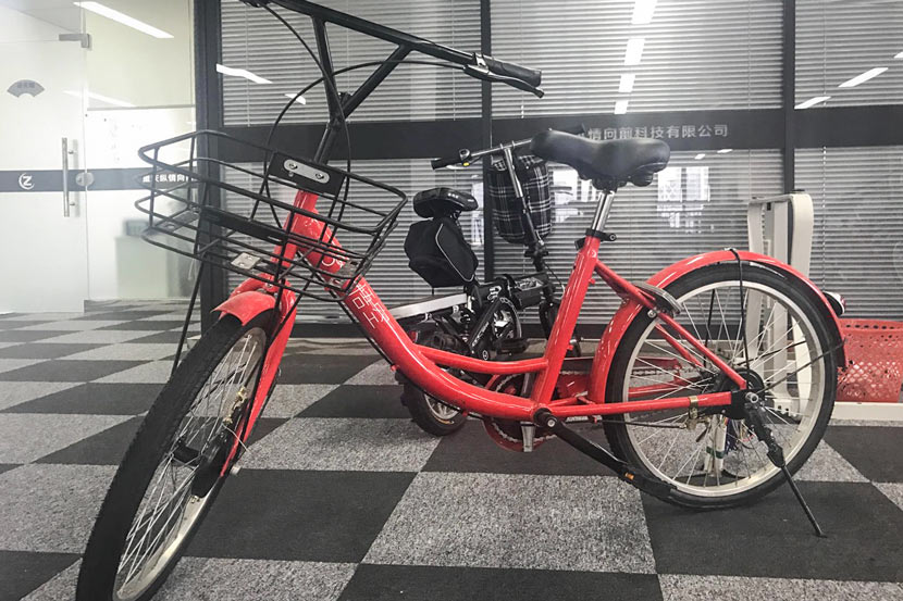 A Wukong shared bike is parked in Lei Houyi's office in Chongqing, August 2017. Yuan Lu/Sixth Tone
