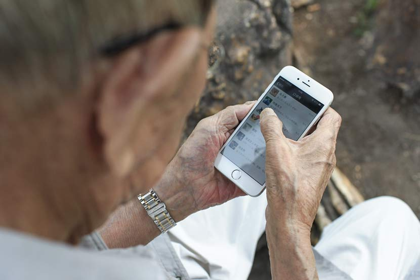 An elderly person uses WeChat in Baishan, Jilin province, July 27, 2015. Dong Jingqi/VCG