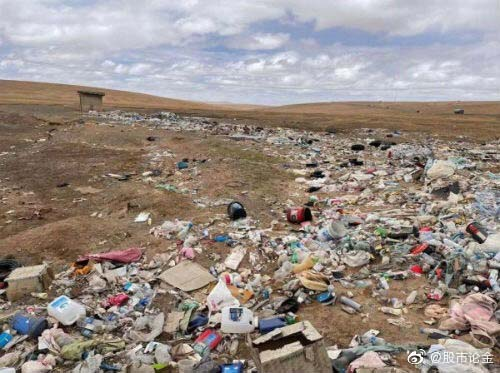 Assorted trash scattered along the Qingzang Highway, Hoh Xil, Qinghai province, May 28, 2021. From Weibo