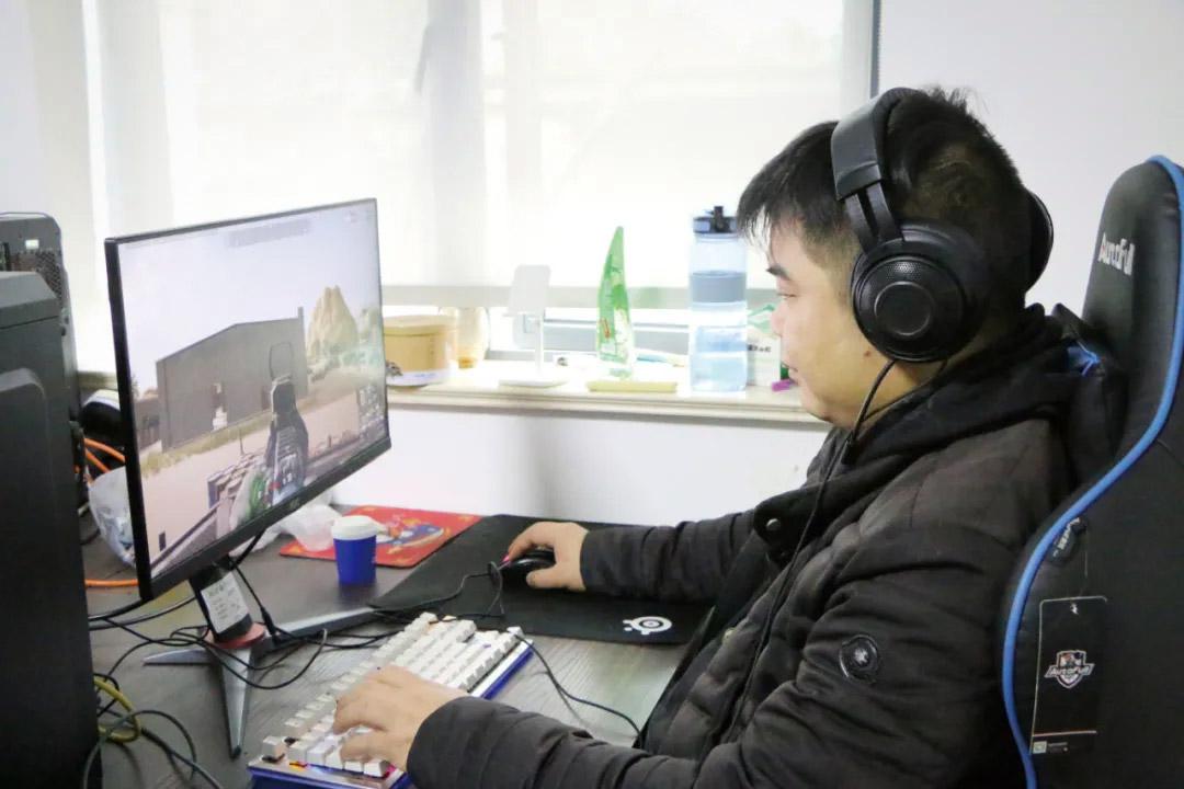 Zhu Jingting plays FPS games, 2021. Courtesy of Qu Yuanting