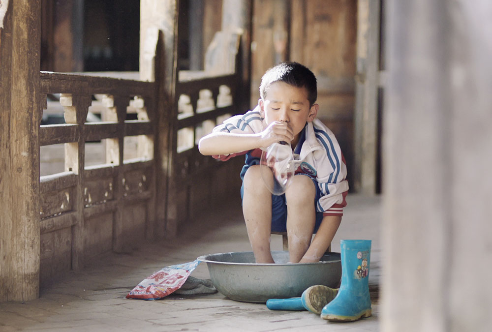 """A still from the film """"Wangdrak's Rain Boots."""" From Douban"""