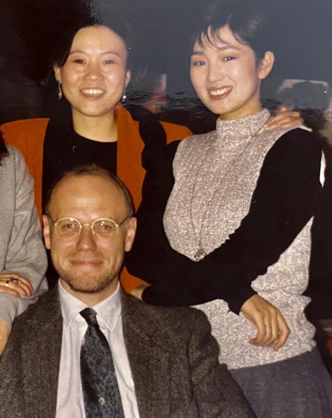 Marco Muller pozează pentru o fotografie cu regizorul Li Shaohong (spate stânga) și actrița Gong Li (dreapta).  Matthew Scott pentru Sixth Tone