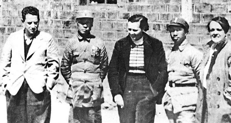 Hans Shippe (far left) poses for a photo during an interview with Chen Yi (second from left) and Su Yu (second from right) at the headquarters of the New Fourth Army, 1939. Courtesy of Shanghai Jewish Refugees Museum