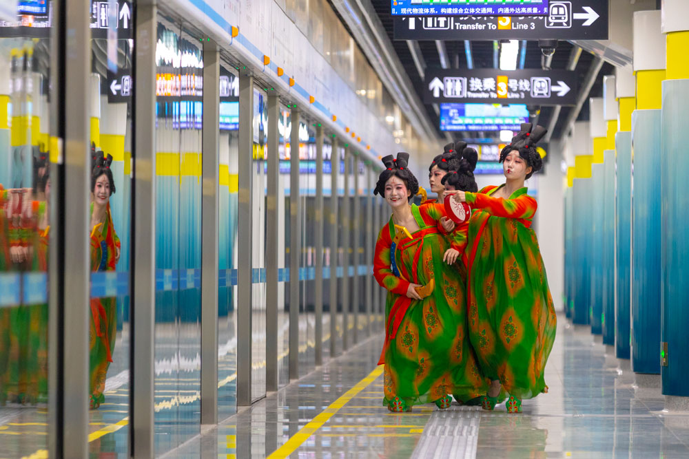 """Performers in """"Evening Banquet at the Tang Palace"""" visit a subway station in Zhengzhou, Henan province, March 2021. People Visual"""