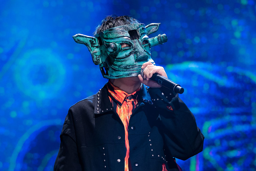 """A singer wears a mask in the shape of a relic from Sanxingdui while performing on the TV show """"National Treasure,"""" 2020. From Douban"""