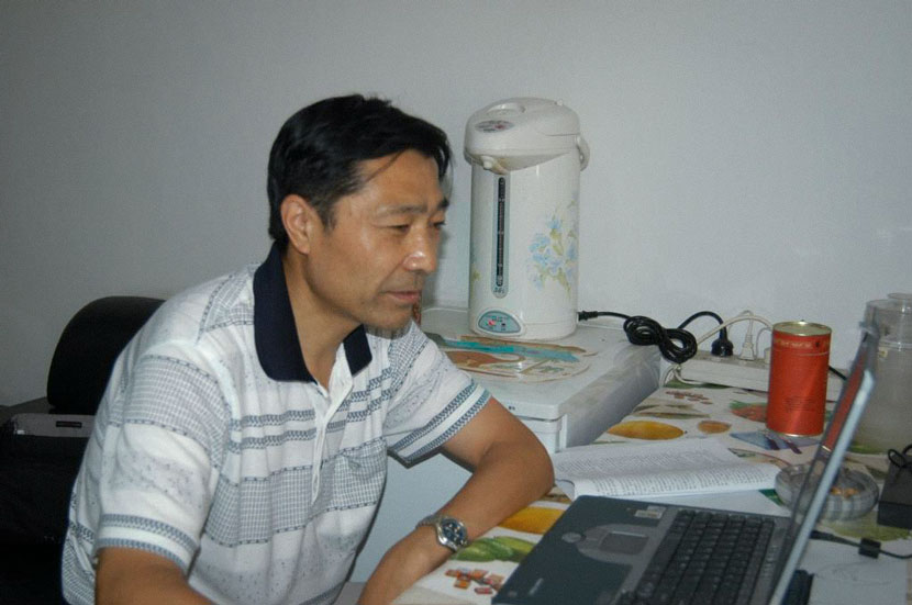 Paleontologist Ji Qiang gets some work done. From the website of Hebei GEO University