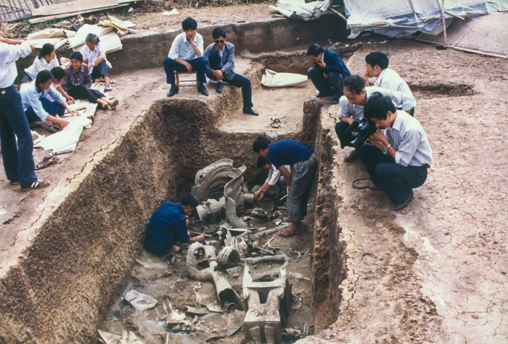 Archaeologists work on the excavations at Pit 2, 1986. Courtesy of Chen De'an, via Xinhua