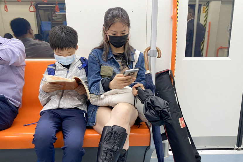 Shanshan and her son ride the subway in Shanghai, May 2021. From @山珊_包包妈 on Weibo