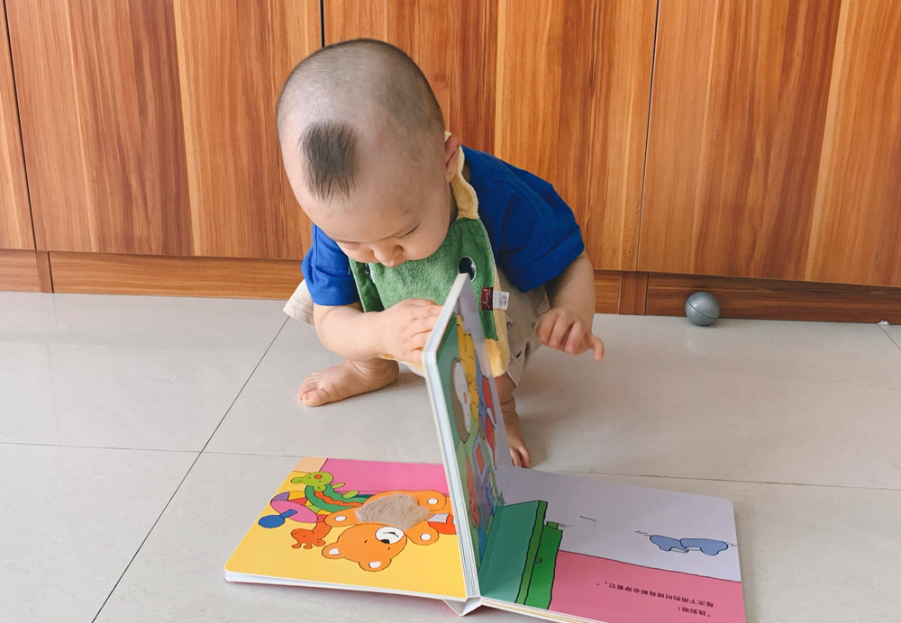 A photo posted by Liuma Luoluo shows her younger child reading a book she recommended on her Weibo feed, July 2021. From @六妈罗罗 on Weibo