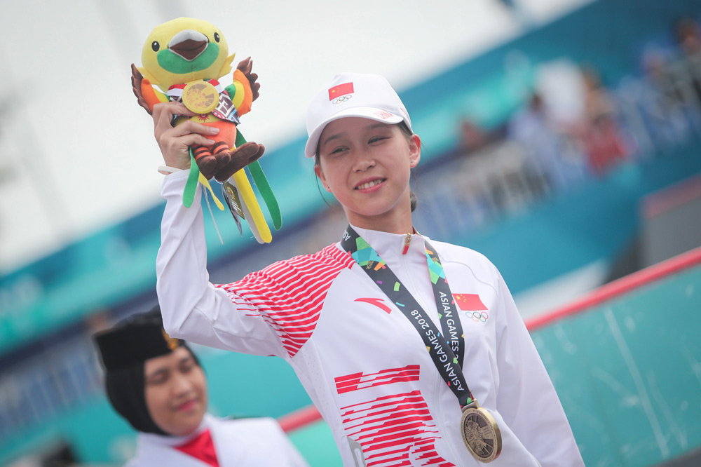 Zhang Xin poses for photographs after receiving a bronze medal at the 18th Asian Games in Palembang, Indonesia, Aug. 29, 2018. Hotli Simanjuntak via IC