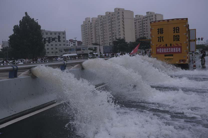 Water is discharged by pumps at Jingguang North Road Tunnel in Zhengzhou, Henan province, July 22, 2021. Wu Huiyuan/Sixth Tone