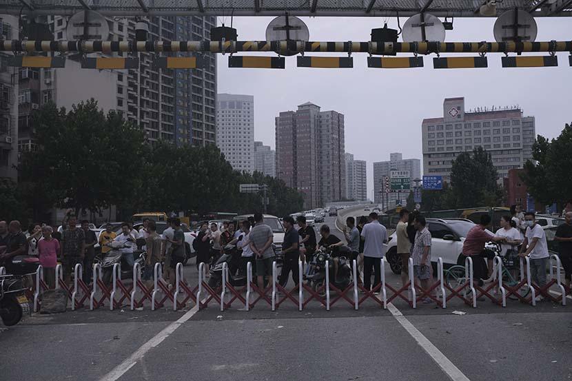 People are restricted to enter the Jingguang North Road Tunnel in Zhengzhou, Henan province, July 22, 2021. Wu Huiyuan/Sixth Tone