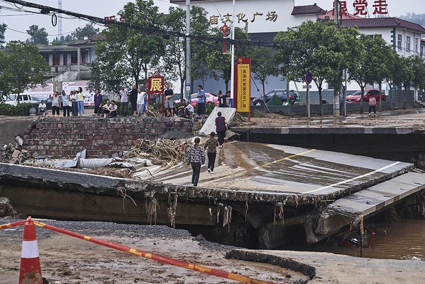 A damaged road in Mihe Town, Henan province, July 23, 2021. Wu Huiyuan/Sixth Tone