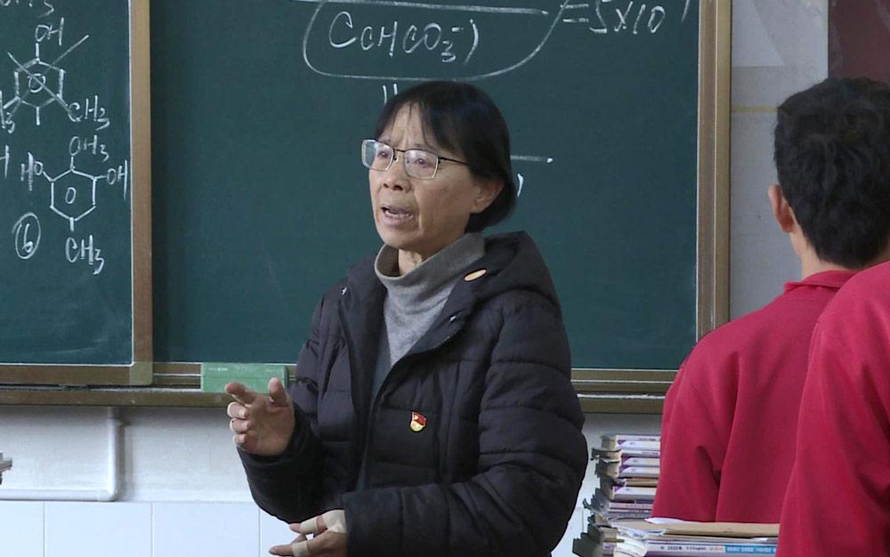 Zhang Guimei teachers a class in Lijiang, Yunnan province, Dec. 12, 2020. Wang Hongqiang/Chengdu Business Daily/IC