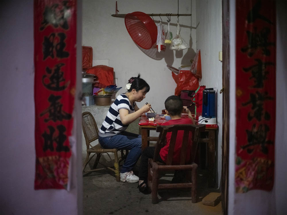 Huang Hongxia takes her son home to eat dinner after work, June 2021. Courtesy of Lü Meng