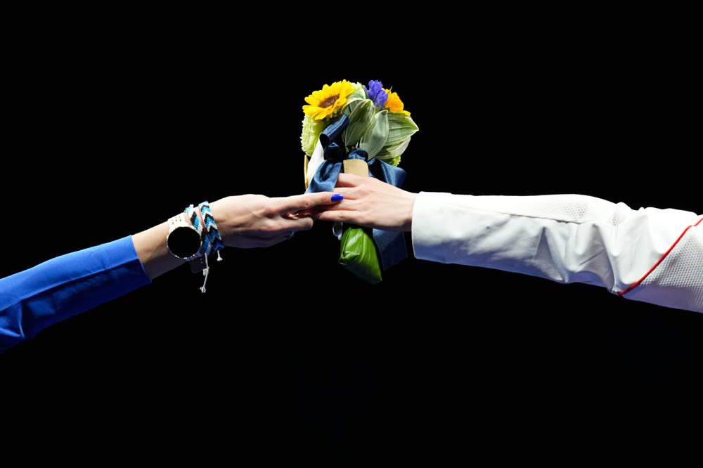 Sun Yiwen (right) and Katrina Lehis of Estonia during the medal ceremony of the women's individual fencing competition, July 24, 2021. An Lingjun/Sportsphoto/People Visual