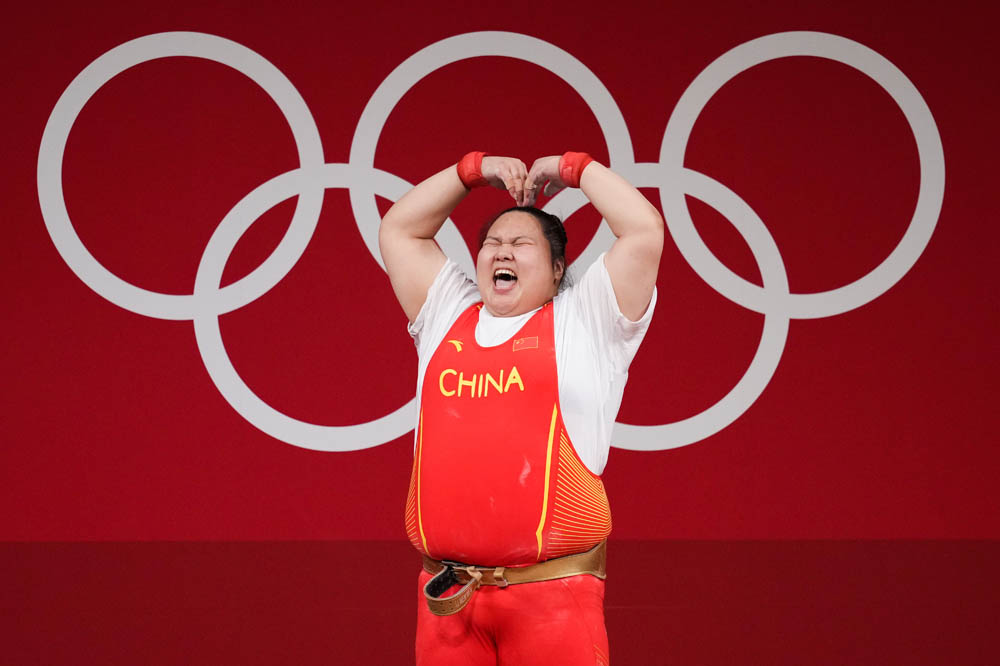 Weightlifter Li Wenwen poses for a celebratory photo, Aug. 2, 2021. Bai Yu/Sportsphoto/People Visual