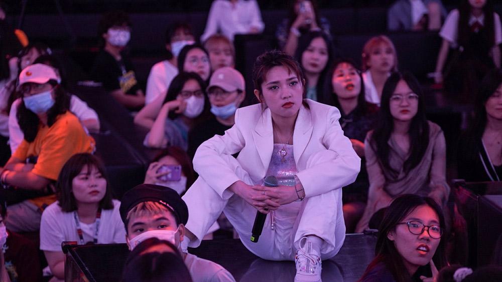Yang Yuzhen sits among her fans in Shanghai, June 22, 2021. Fu Beimeng/Sixth Tone